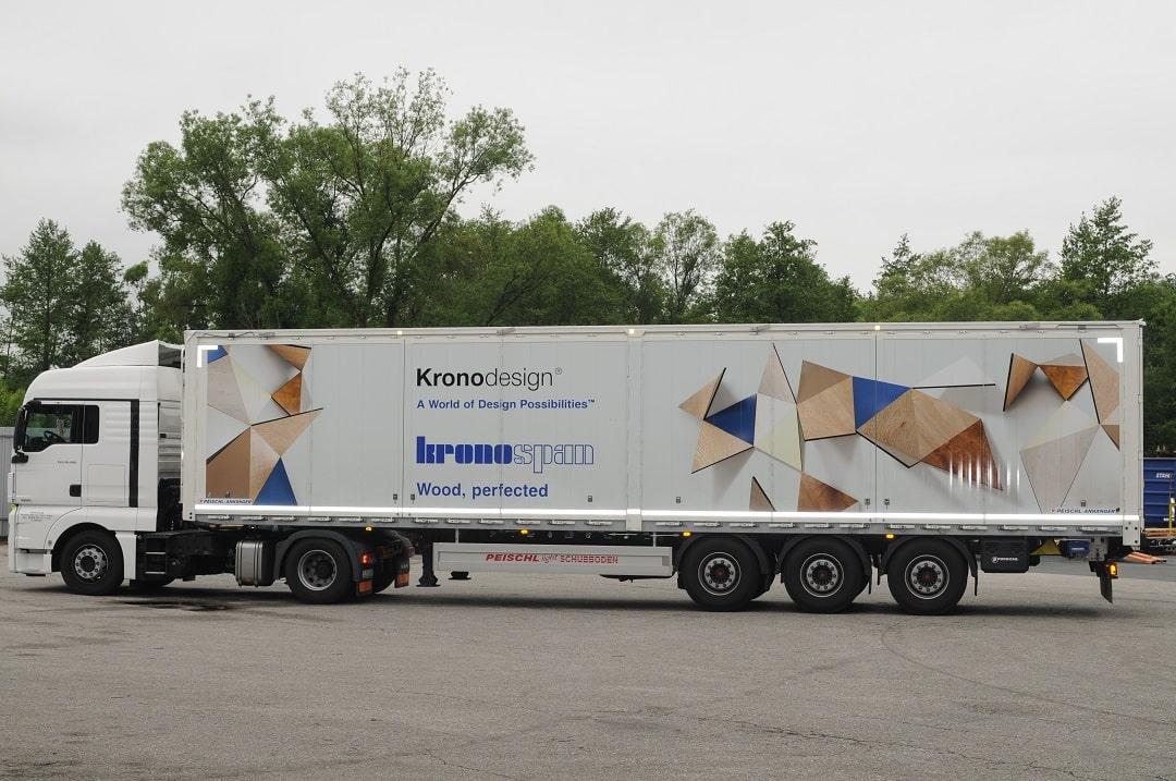 Naczepa PEISCHL z ruchomą podłogą i pojemnością 92 m³ wyprodukowana dla firmy KRONOSPAN