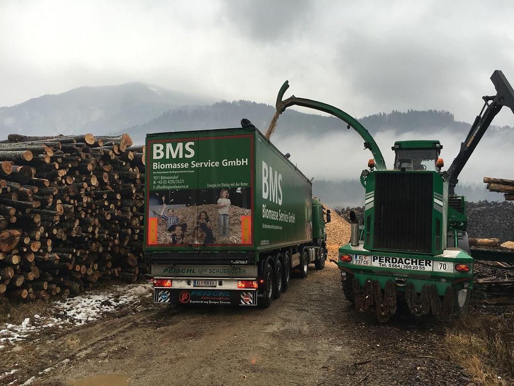 Naczepa PEISCHL podczas załadunku biomasą
